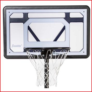 voorzien van een polycarbonaat basketbalbord met ring