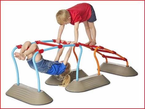 kinderen trainen het hele lichaam met dit speelparcours