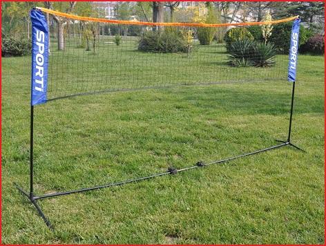 een opvouwbaar badmintonnet met palen