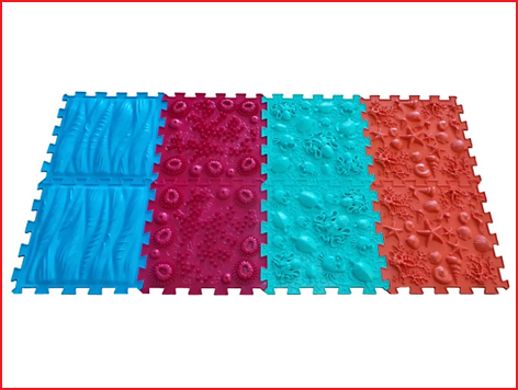 een orthopedische voetmat met verschillende oppervlaktestructuren