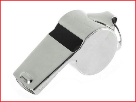 een metalen fluitje met ring voor halskoord