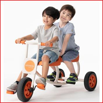 een driewieler taxi in duurzaam staal met zachte en geruisloze wielen