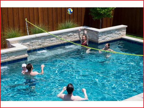 een gemakkelijk op te stellen volleybalset zwembad