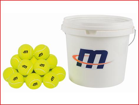 een emmer met 48 tennisballen voor training