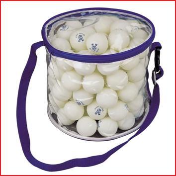 een draagtas met 100 witte tafeltennisballen