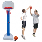 een basketbaldoel inclusief net, basketbal en pompje