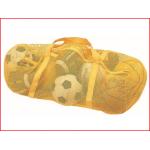 een draagtas in gaatjesstof voor het opbergen van kledij of klein sportmateriaal