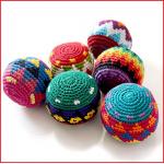 hacky sack set bestaande uit 6 gehaakte jongleerballetjes met kunststof granulaat