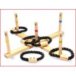 een houten ringwerpspel met puntenverdeling en 5 touwringen