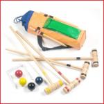 croquetspel bestaande uit : 4 hamers, 4 ballen en 9 poortjes