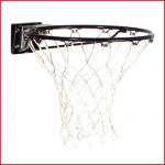 een stalen basketbalring met vering van Spalding