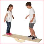 een groot houten balansbord van Pedalo dat plaats biedt aan 2 personen