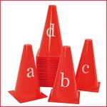 set van 26 rode kegels met alle letters van het alfabet