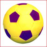 soepele zachte speelbal uit vinyl met een massa kleine polystyrene bolletjes