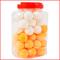 een bokaal met 60 tafeltennisballen in de kleuren wit en oranje