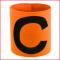kapiteinsbanden voor kinderen en volwassenen in fluo geel en fluo oranje